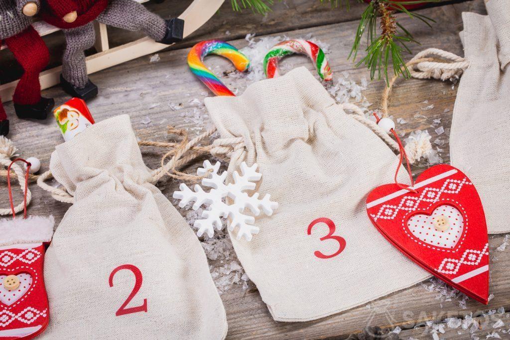Do plátěných sáčků, které tvoří adventní kalendář, můžete dát sladkosti, vánoční ozdoby, firemní pomůcky nebo vzorky produktů.