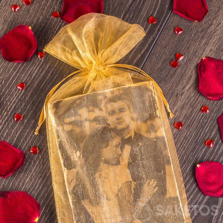 Elegantní, zlatý sáček z organzy v roli balení pro novomanžele.
