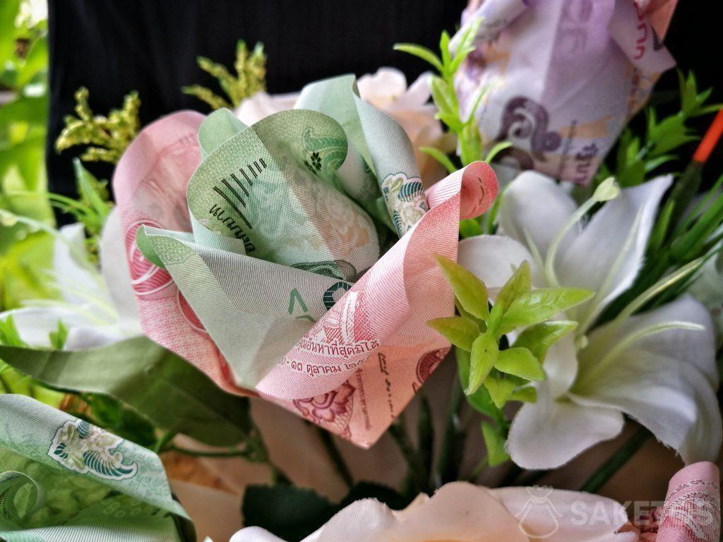 Svatební kytice s origami květinami z bankovek