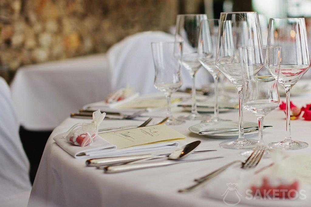 Organza taška plná cukrovinek ležící na svatební stůl