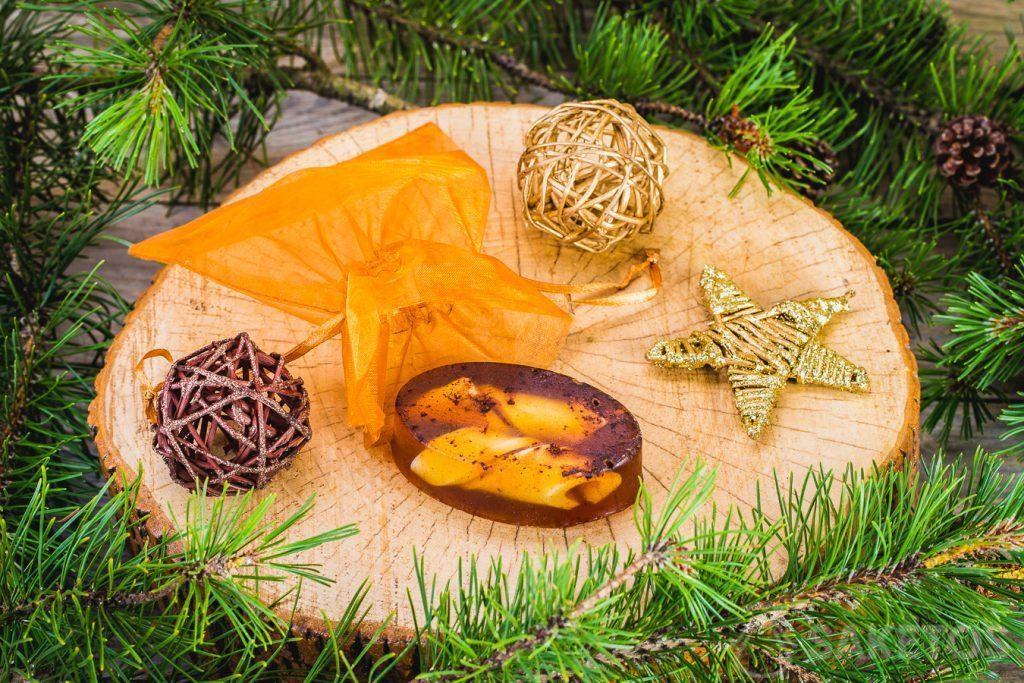Glycerinové zimní mýdlo a zlatý sáček z organzy jako ozdobné balení.