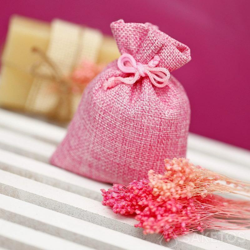 Růžový jutový sáček pro balení kostky přírodního mýdla.