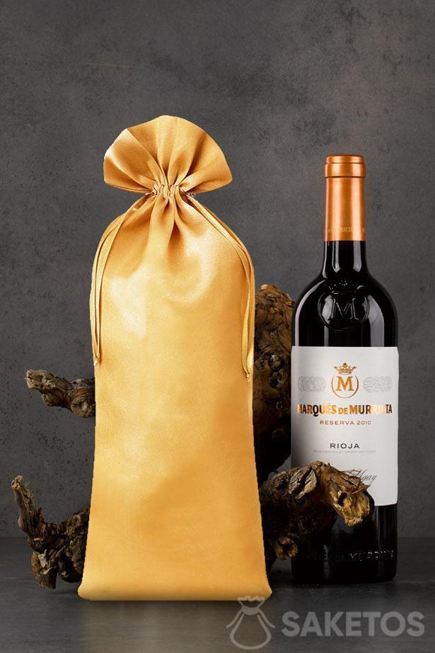 Zlatý saténový sáček o rozměrech 16x37 cm jako obal na láhev vína