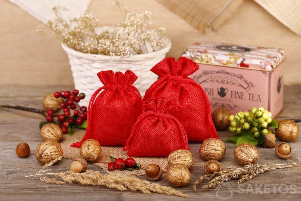 Červené jutové sáčky jsou skvělé jako balení čaje nebo kávy