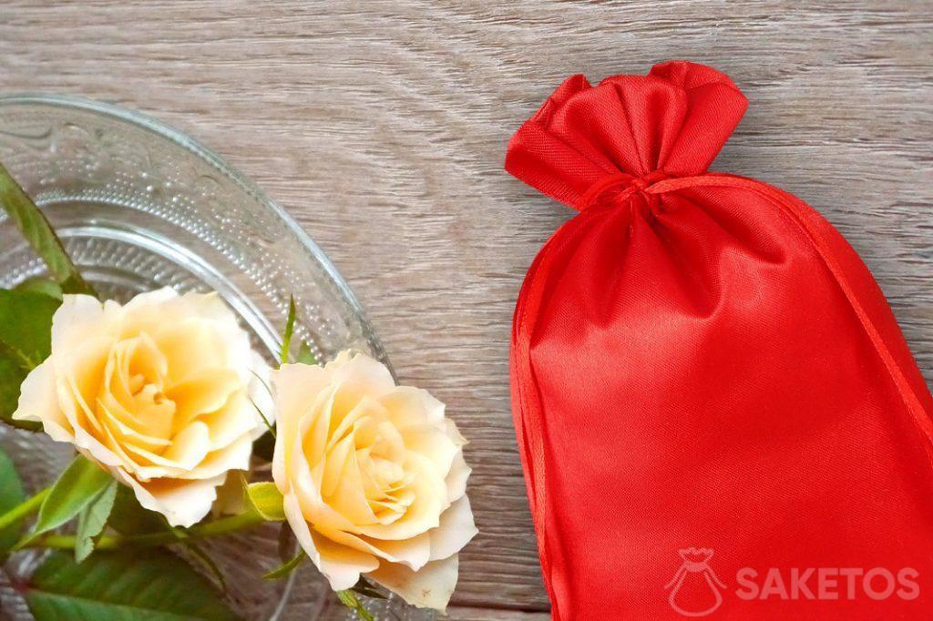 Červený saténový sáček a růže