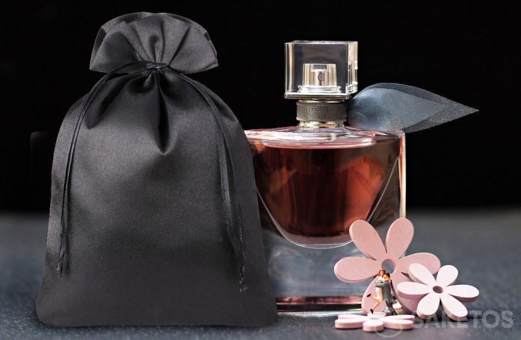 Elegantní taška z černého saténu na parfémy