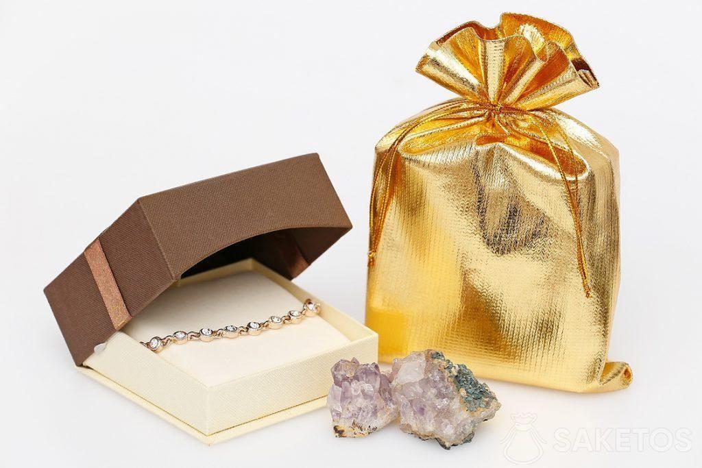 Zlatý kovový sáček a elegantní náramek.