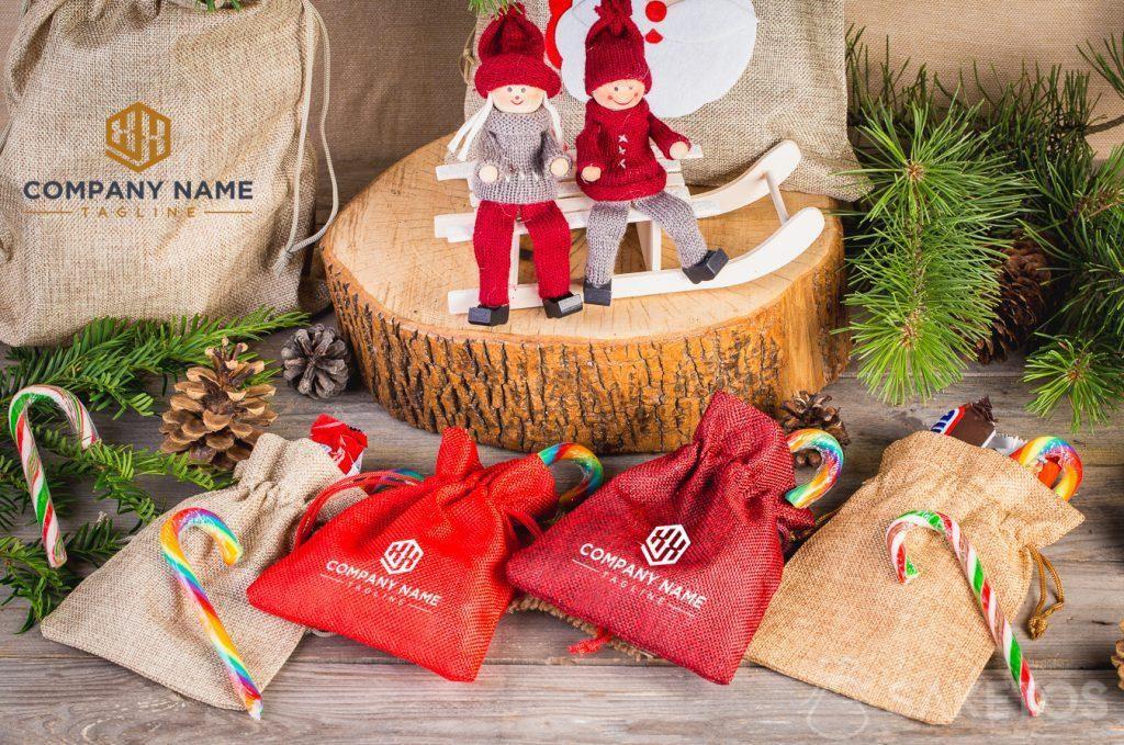 Vánoční tašky s logem společnosti.