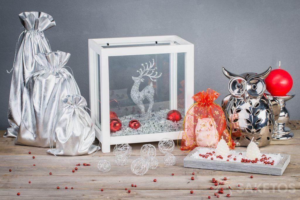 Metalické sáčky vytvářejí moderní vánoční ozdoby
