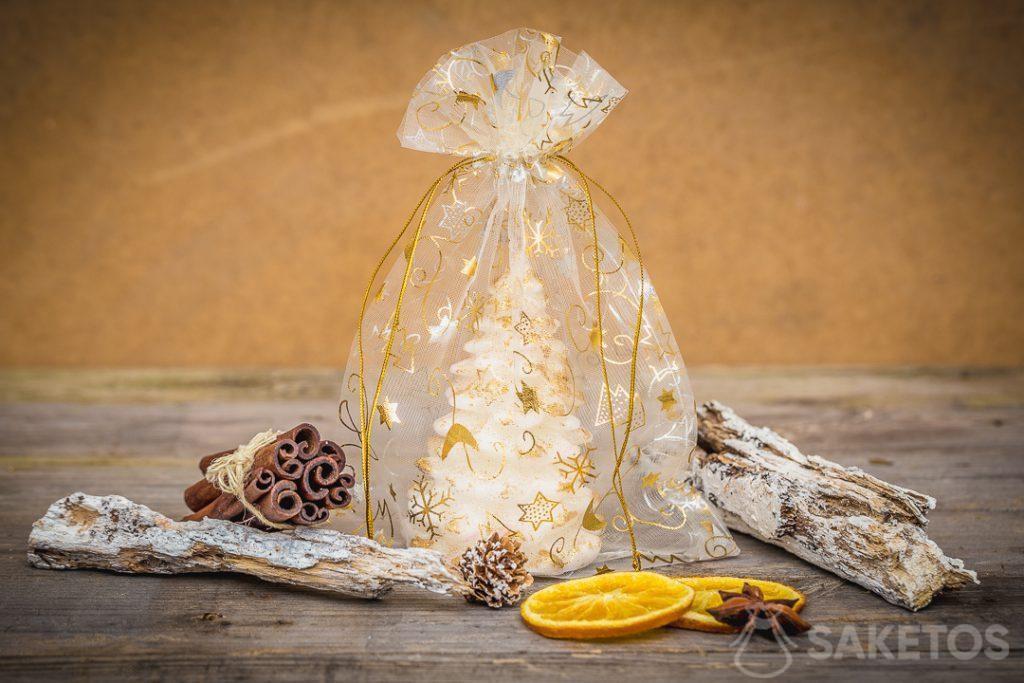 Vánoční sáčky z organzy jako balení na svíčky