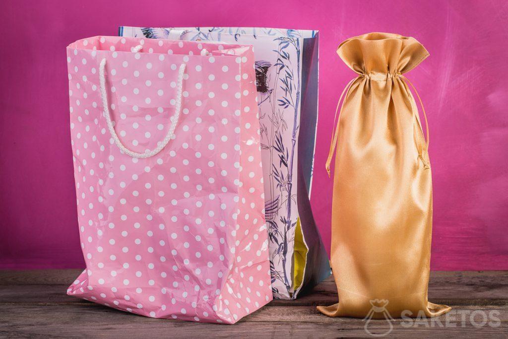 Porovnání dárkových tašek s látkovým sáčkem