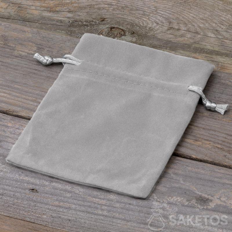 Dekorativní sáček vyrobený ze šedého veluru