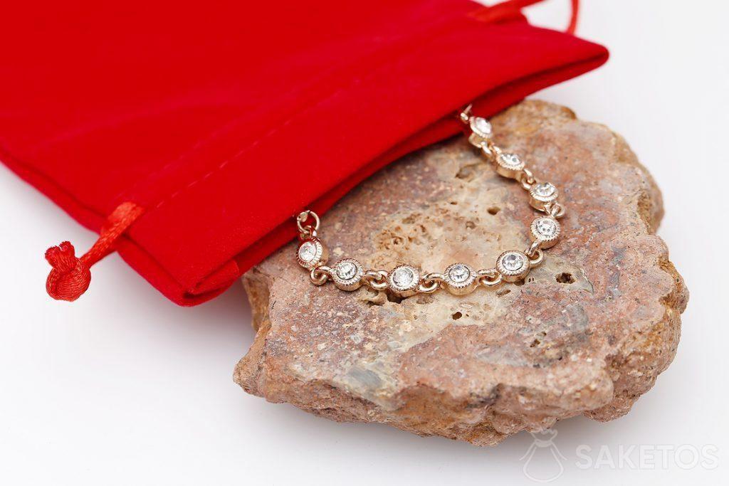 Červený velurový sáček na šperky