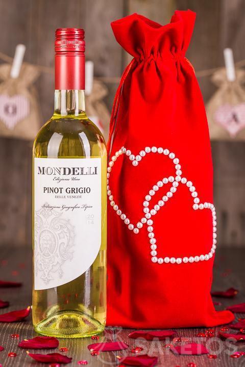 Víno zabalené jako dárek v dekorativní sáčku z červeného veluru