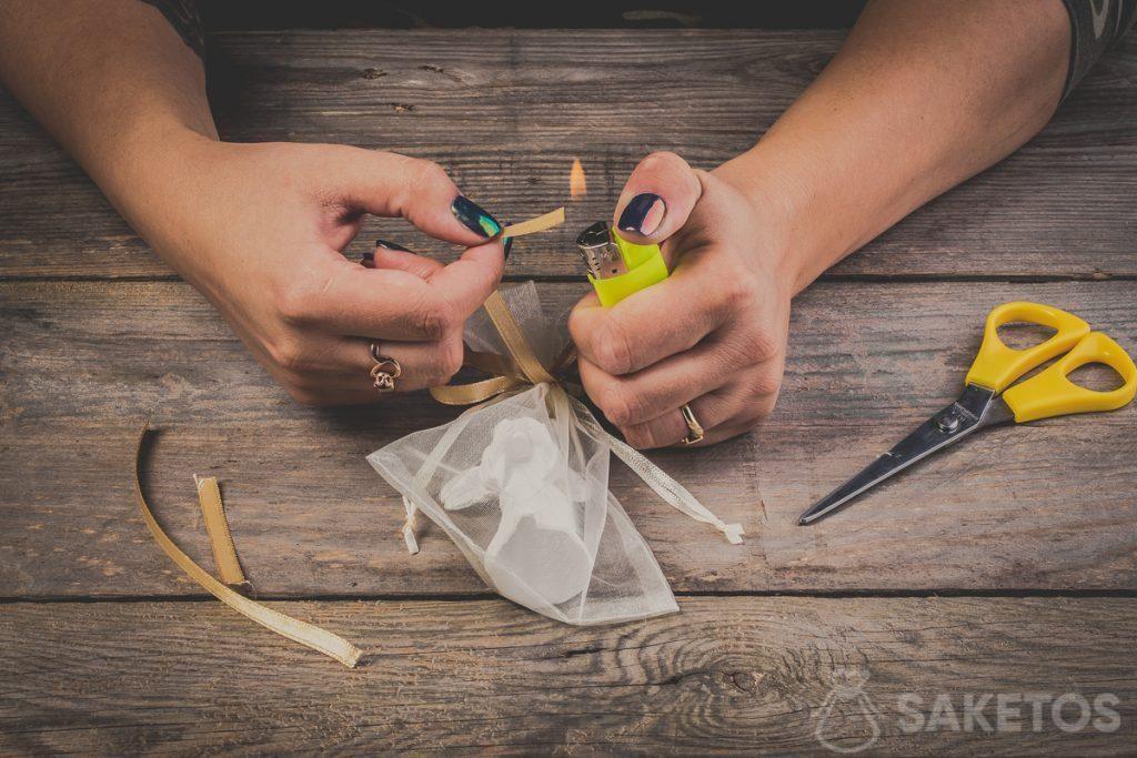 Nezapomeňte také opálit konce mašle ze stuhy. Tím se zabrání roztržení mašle - krok 12