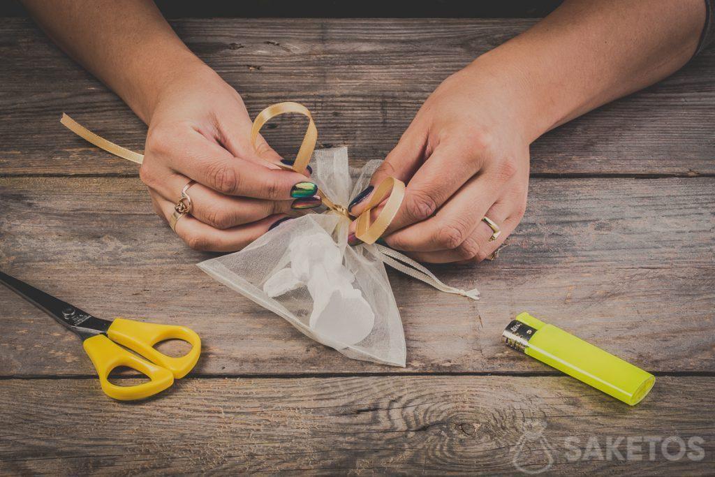 Vytváření smyček při vázání mašle ze stuhy - krok 6