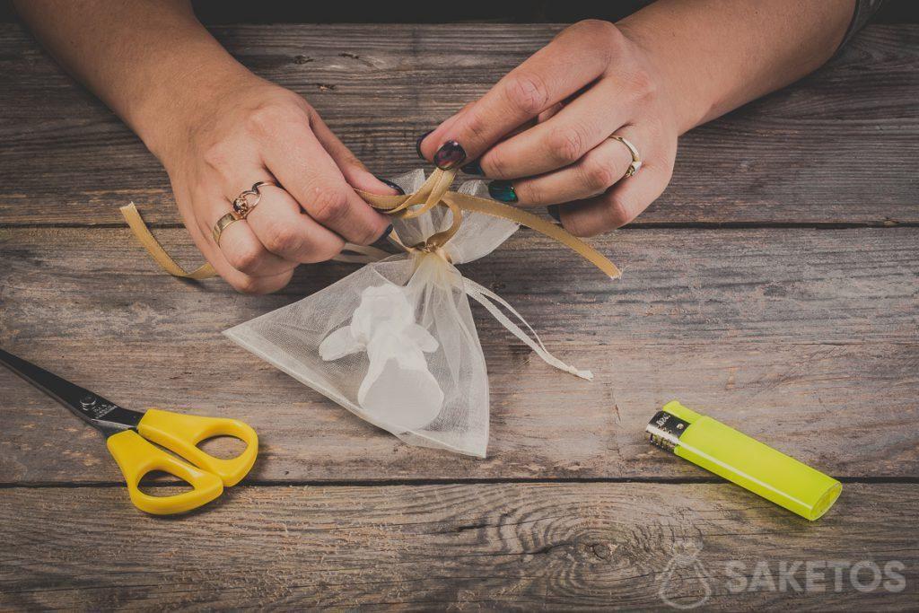 Křižování smyčky při vázání mašle ze stuhy - krok 8