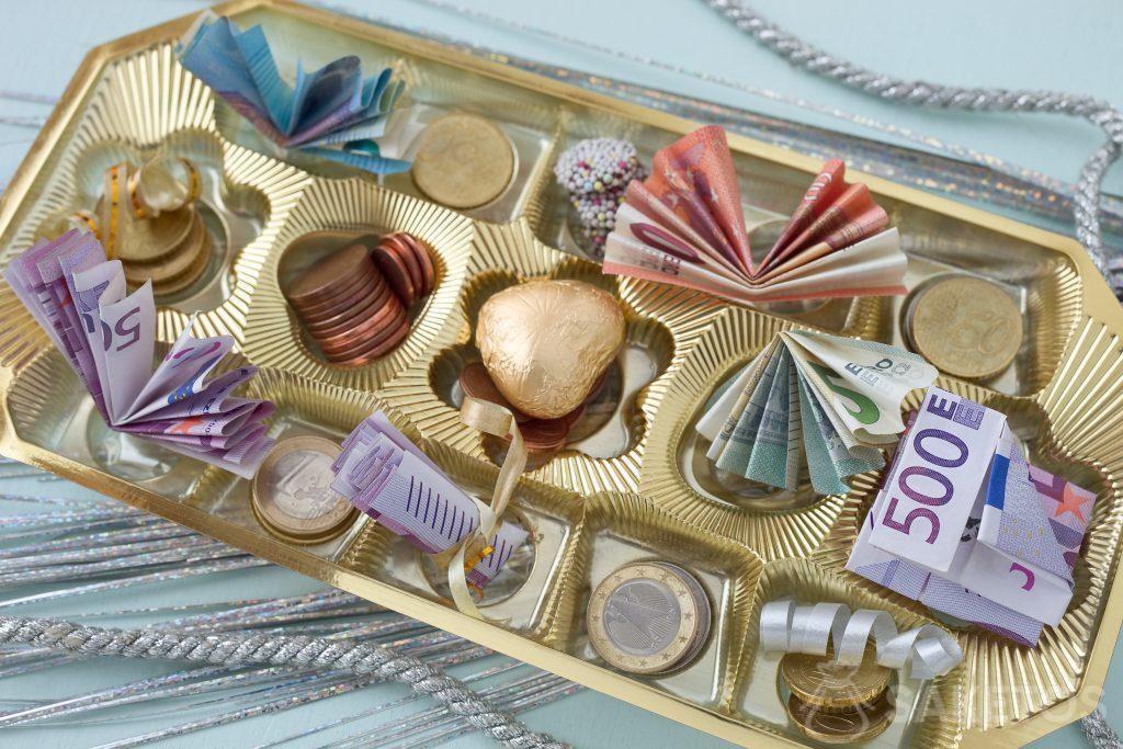 Bankovky mohou být umístěny v čokoládové krabičce mezi pralinkami