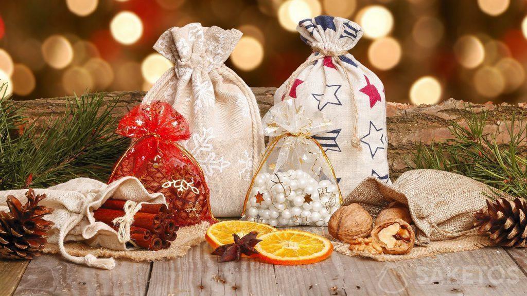 Vánoční sáčky vyrobené z materiálu pro dárky na Mikuláše a vánoční dárky