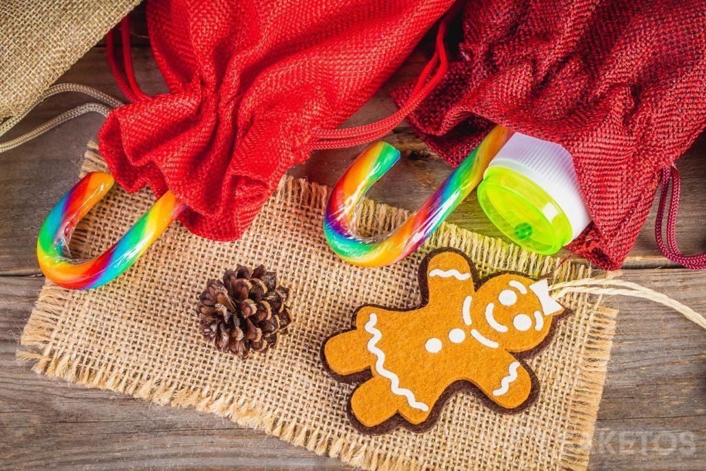Drobné dárky pro děti, jako jsou sladkosti a malé hračky, např. bublifuky, lze uložit do látkových sáčků.