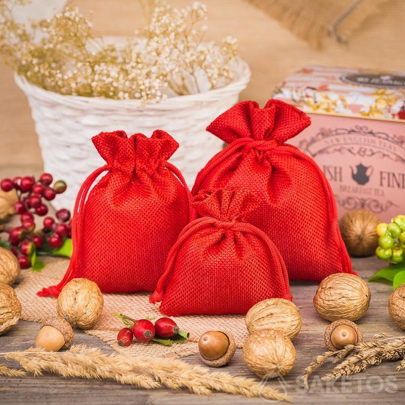 3.Červené jutové sáčky jako prvek dekorativní kompozice v kuchyni