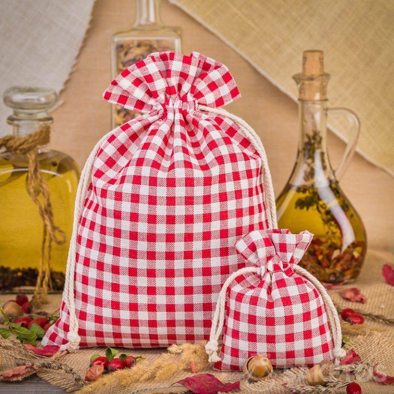 1.Módní lněné kostkované červené sáčky jsou skvělou ozdobou kuchyňské desky nebo police.