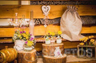 4. Dekorativní rustikální sáčky pro svatební stůl