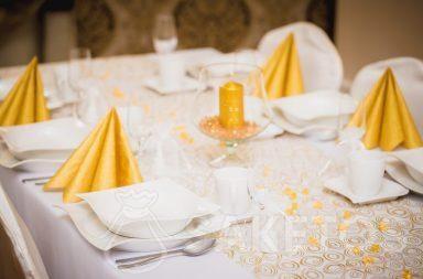 3. Dekorativní stolní prostírání v odstínech bílé a zlaté