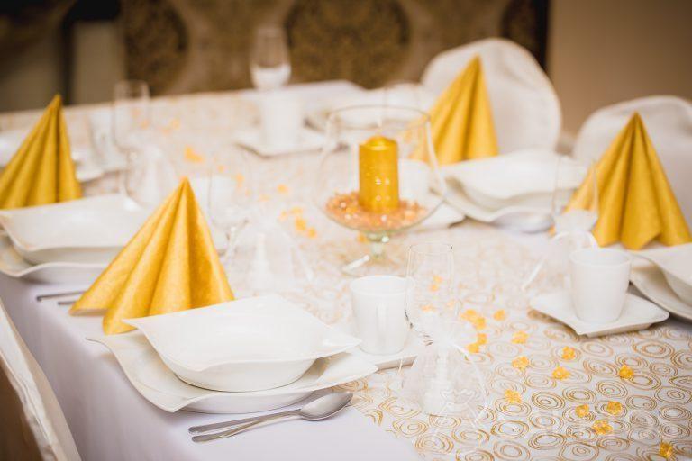 3.Dekorativní stolní prostírání v odstínech bílé a zlaté