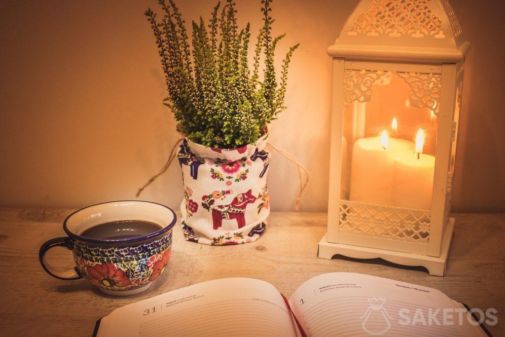 6.Stůl s ozdobnou lucernou a lněným sáčkem jako krytem květináče