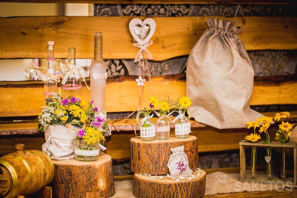 7.Dekorativní rustikální lněné a jutové sáčky pro svatební stůl