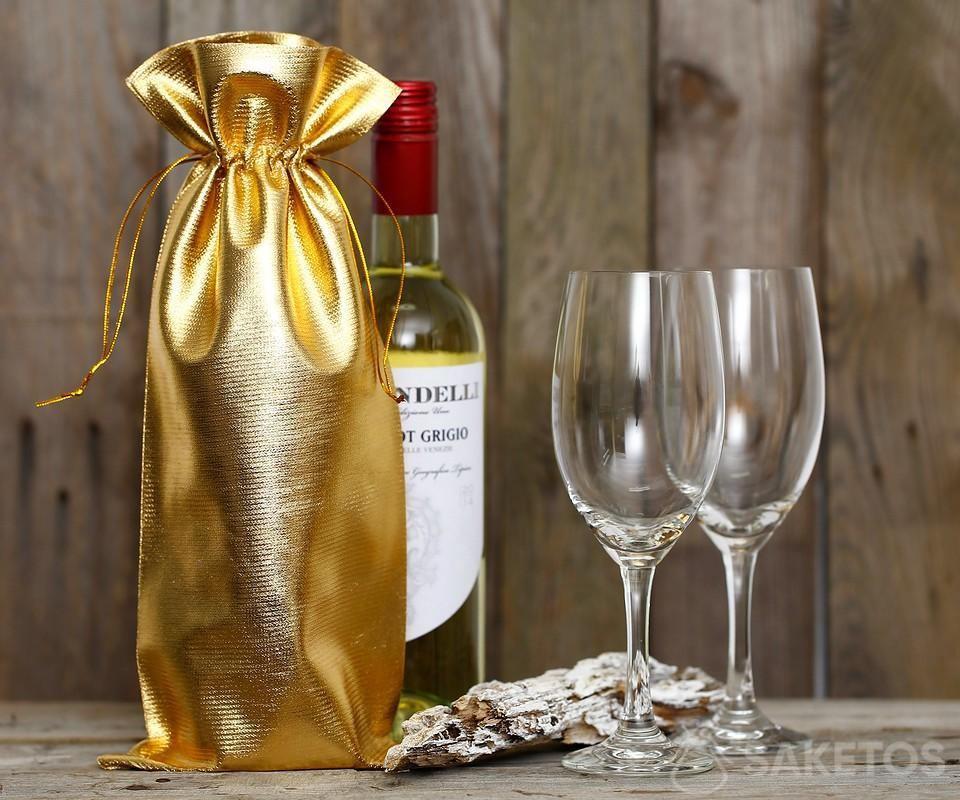 Láhev vína zabalená do zlatého kovového sáčku