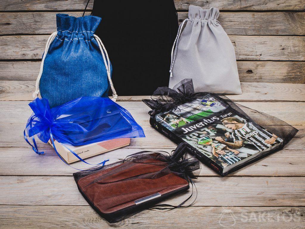 Džínové, velurové a organzové tašky jsou perfektním obalem pro pánské dary
