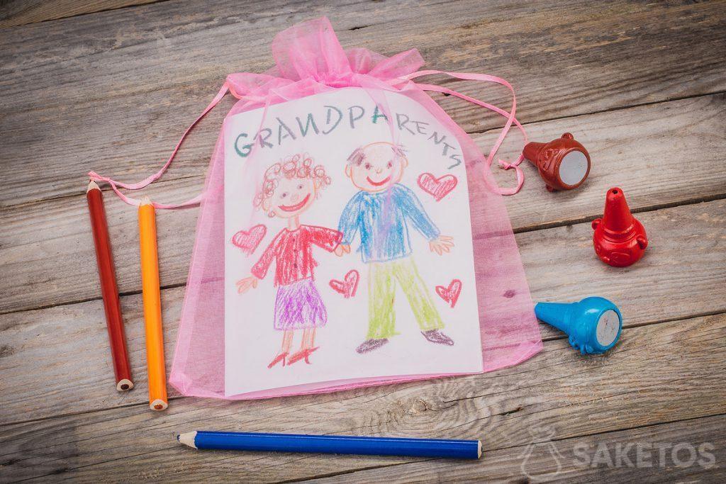 Dárek - přání pro prarodiče zabalené v sáčku s organzou