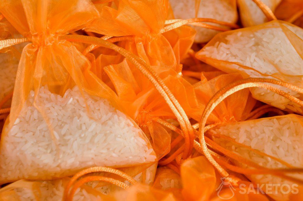 Oranžové organzové sáčky s rýží
