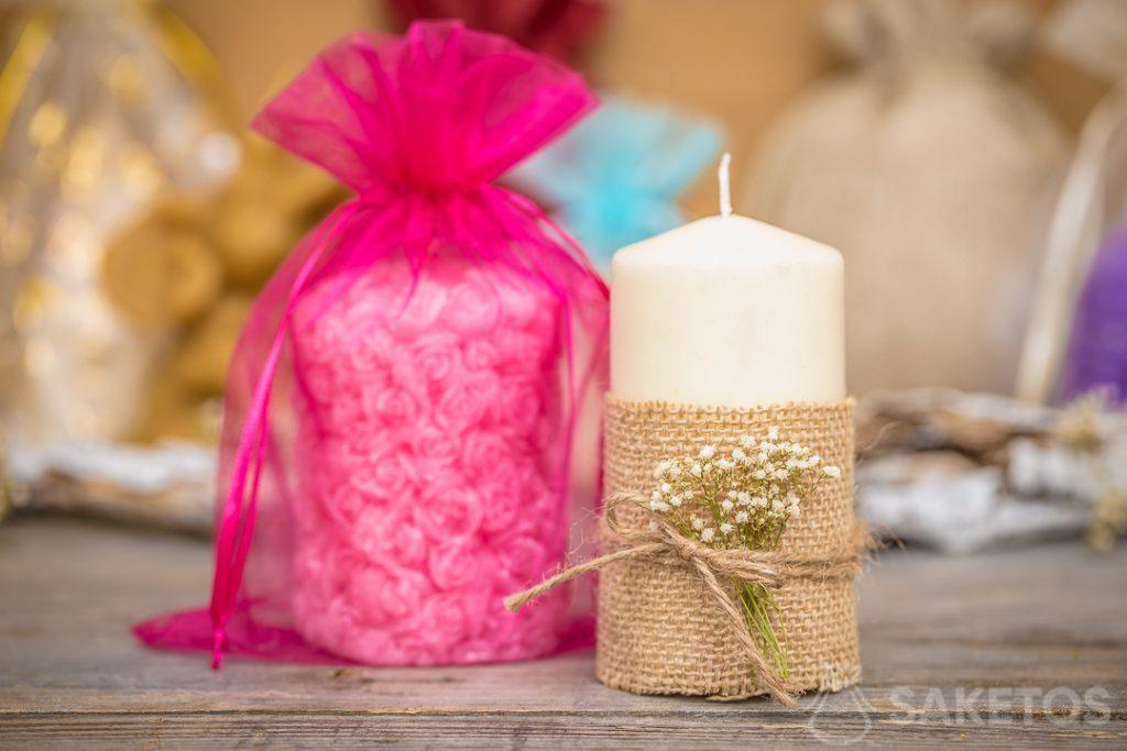 Sáček z organzy je elegantní balení na svíčku