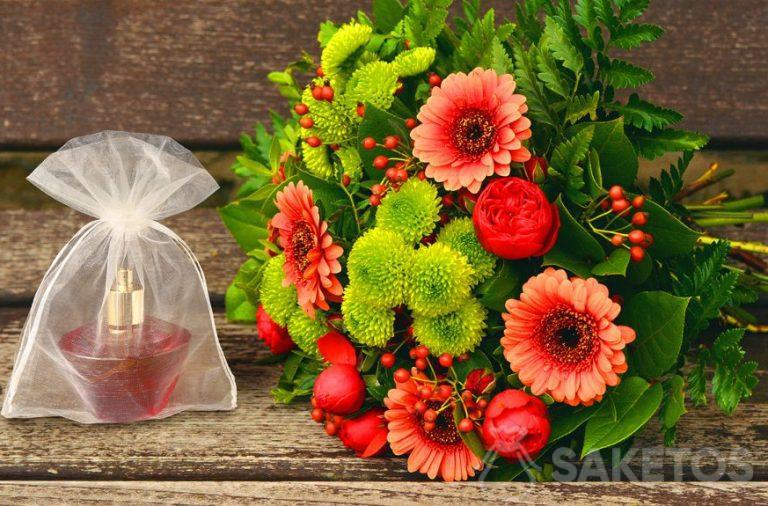 Dárkový set pro ženu - kytice květin a parfémů v sáčku z organzy