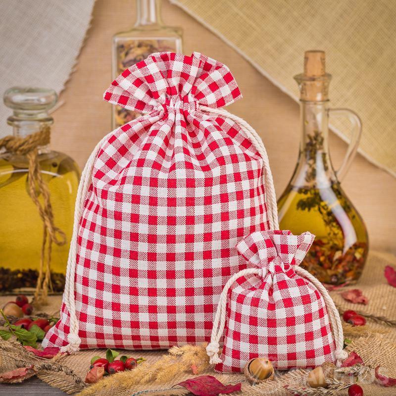 Módní plátěné sáčky s červeným kockovým vzorem jsou skvělou ozdobou do kuchyňské desky nebo police