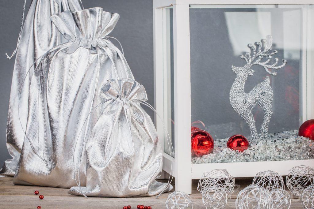 Bytové dekorace ze stříbrných kovových sáčků