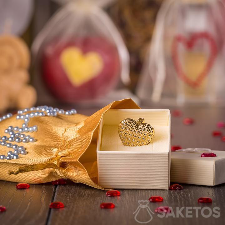 Šperky zabalené jako dárek do zlatého saténového sáčku