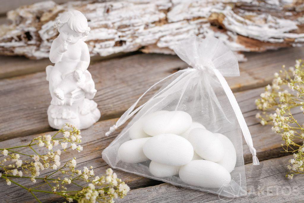 Nápady na dárek pro svatební hosty - mandle nebo figurku anděla zabalené v organzové tašce.