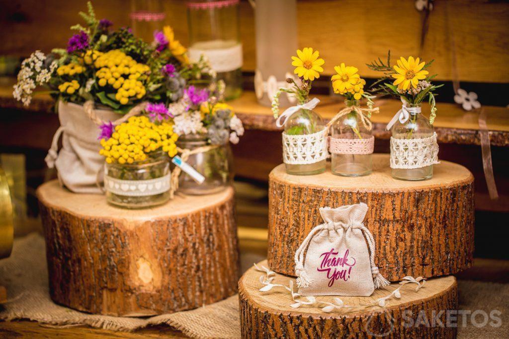 Plátěné tašky jako dekorace květináčů a obalů na dárky pro svatební hosty
