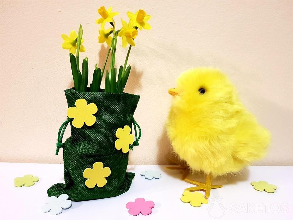 Velikonoční taška zdobená samolepícími květy