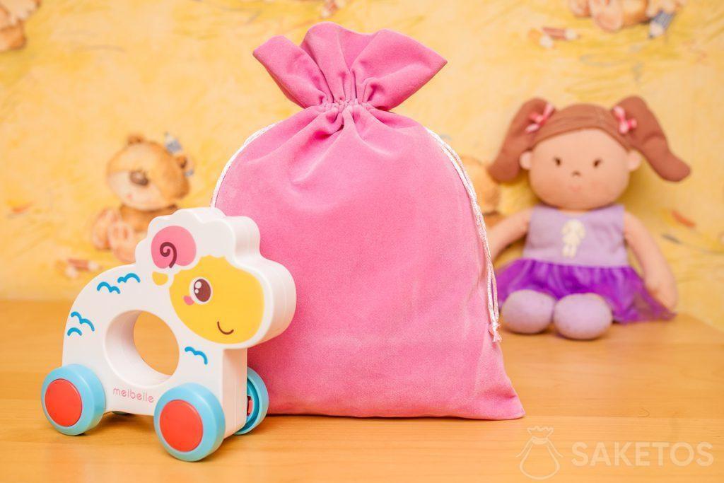Sáčky vyrobené z velurového materiálu jsou skvělé pro dekorativní skladování hraček.