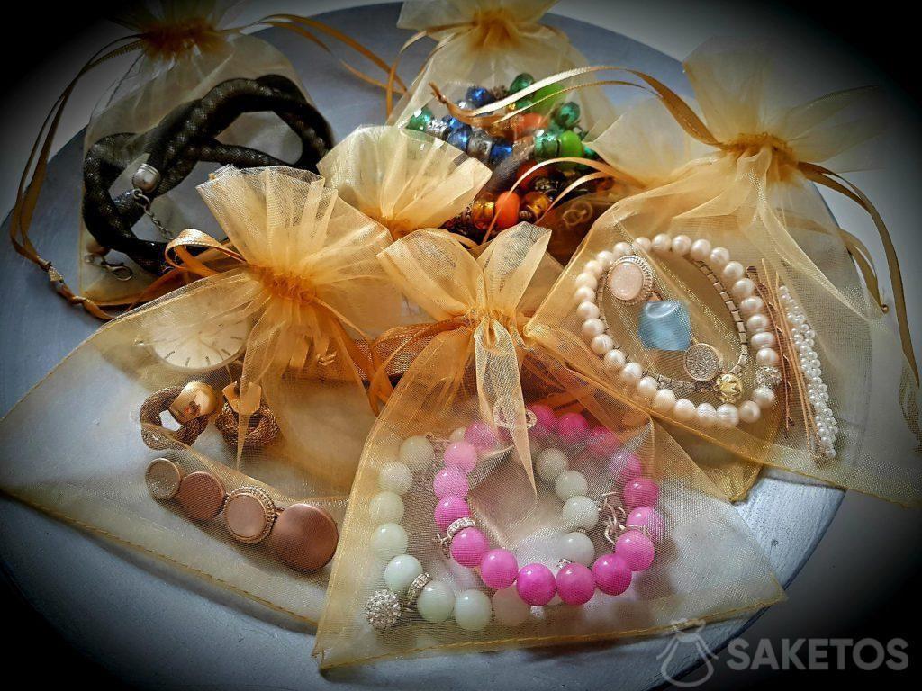 Sáčky z organzy zajistí vaše šperky na cestách.