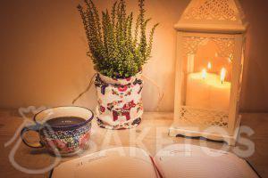1.Stůl s ozdobnou lucernou a lněným sáčkem jako krytem květináče