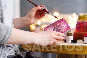 5.Kreativní dekorace pro domácnost - můžete udělat nějaké pěkné věci sami, např. sklenice na květiny nebo svíčky zdobené barvami.