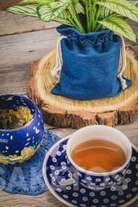 4.Keramický hrnek s čajem a džínový sáček na květináč