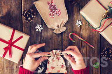 Látkové sáčky jsou perfektní odpovědí na otázku, jak pěkně zabalit vánoční dárek.