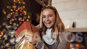 Elegantní zlatý sáček jako obal na vánoční dárek